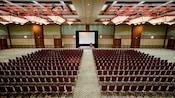 Una amplia sala de reuniones del hotel con sillas para cientos de Huéspedes