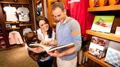 Huéspedes echando un vistazo a los coloridos productos de la bien surtida tienda de regalos