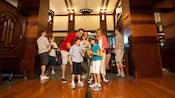 Una familia de cuatro personas participando en la búsqueda del tesoro The Grand Quest en el hotel