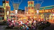 Huéspedes disfrutan de una animada comida al aire libre en Uva Bar and Café en Downtown Disney District