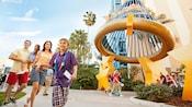 Una familia de cuatro descubre la emoción que esconden los terrenos cerca de Downtown Disney District