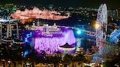 Una vista nocturna de Disney's California Adventure Park, encendido durante el espectáculo World of Color