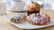 Una variedad de pasteles para el desayuno en un plato