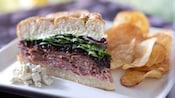 Sanduíche de carne bovina e blue cheese com batata chips em um prato