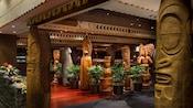 Família em havaiano, 'Ohana ostenta um clima dos mares do sul que oferece uma ilha de pratos ousados, servidos em estilo familiar em um ambiente tropical agradável com bosques, plantas exuberantes e deuses tiki impressionantes.