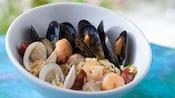 Tigela de mariscos, camarões e mexilhões cozidos com linguiça e arroz