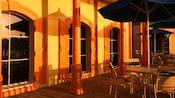Área al aire libre con sombrillas, mesas y sillas