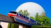 Le monorail passant près d'une attraction ressemblant à une immense sphère appelée «Spaceship Earth».