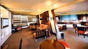 Salon dans l'un des hôtels Disney, décoré de meubles modernes en bois et métal et d'un téléviseur à écran plat