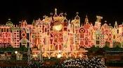 """Miles de luces de fiestas se encienden en el exterior de """"it's a small world"""" en Disneyland"""
