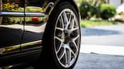 Un gros plan d'un pneu de voiture