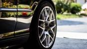 Uma imagem de um pneu de carro de perto