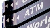 Letreros direccionales que recuerdan a una película, uno con flechas y las letras 'ATM'