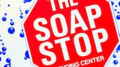 Letrero de la lavandería con diseño de Pare que dice 'The Soap Stop, centro de ventas'