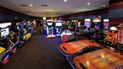 Um fliperama do hotel Disney com videogames, jogos de corrida e hóquei de mesa
