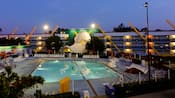Una vista al atardecer de la piscina Duck Pond, inspirada en la película de Disney The Mighty Ducks, con una icónica máscara de hockey gigante con forma de pico de pato