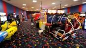 2 Videogames de corrida NASCAR em um fliperama no Disney's All-Star Sports Resort