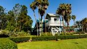 Una pequeña estructura blanca con vista a un exuberante jardín en Disney's All-Star Sports Resort