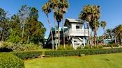 Une petite structure blanche donnant sur une pelouse et un jardin luxuriant du Disney'sAll-StarSportsResort