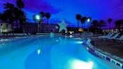 Piscina iluminada ao anoitecer no Disney's All-Star Sports Resort