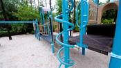 Barras retorcidas azules brillantes y cuerdas de escalada en un área de recreación de Disney's All-Star Sports Resort