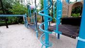 Barres torsadées d'un bleu vif et cordes à grimper dans un terrain de jeux au Disney'sAll-StarSportsResort