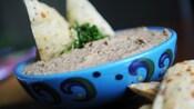 Uma tigela de baba ganoush com fatias de pão