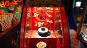 Un juego de palomitas de maíz junto con juegos de baloncesto y béisbol en una galería de Disney