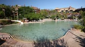 Samawati Springs Pool en Disney's Animal Kingdom Lodge con una entrada de poca profundidad y un gran tobogán