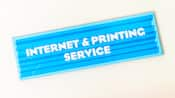Enseigne indiquant en anglais : «Service d'impression et d'Internet»