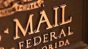 Primer plano de un buzón de bronce de U.S. Mail