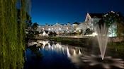 Vue d'un canal du Disney's Beach Club Villas, illuminé le soir