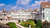 Vista del hotel y de los jardines de las villas Disney's Beach Club
