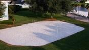 Vue aérienne d'un terrain de volleyball de sable blanc