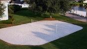 Vista superior de una cancha de vóleibol de arena blanca