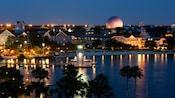 Vista panorâmica do Disney's Beach Club Resort e do Crescent Lake, iluminados à noite