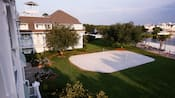 Vista aérea de una cancha de voleibol de arena blanca en un resort de Disney