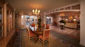Comedor formal con una mesa para 6personas y un candelabro en el techo