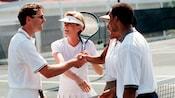Aperto de mãos após uma partida de tênis de duplas