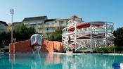 Los toboganes de agua de Keister Coaster en la piscina Luna Park de temática circense