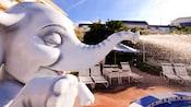 """Close-up de um """"elefante"""" espirrando água na piscina no Disney's BoardWalk Villas"""