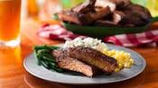 Côtes levées barbecue, purée de pommes de terre, maïs et haricots verts dans une assiette près d'un plat de côtes levées barbecue