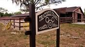 Un letrero de madera del Tri-Circle-D Ranch