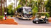 Autobús y carrito eléctrico en Disney's Fort Wilderness Resort