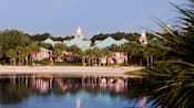 Vista do lago de uma praia de areia no Disney's Caribbean Beach Resort