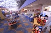 """Una tienda llamada """"Fantasía"""" en el vestíbulo con una estructura gigante de Mickey"""