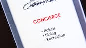 Letrero de 'Concierge, Tickets, Dining, Recreation' (Conserjería, tickets, comidas, recreación) en Disney's Contemporary Resort