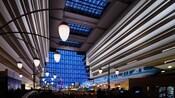 Hall principal du Disney's Contemporary Resort avec le monorail qui passe