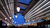 El vestíbulo principal de Disney's Contemporary Resort con el monorriel pasando por ese lugar