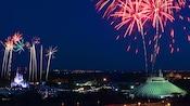 Fogos de artifício explodem no céu sobre a Space Mountain e o Cinderella Castle